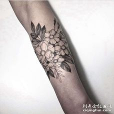 线条小臂花卉纹身图案