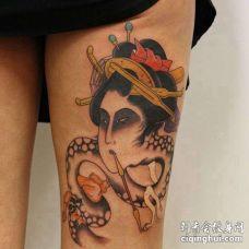 日式大腿艺伎蛇纹身图案
