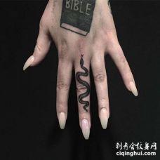 手指蛇纹身图案