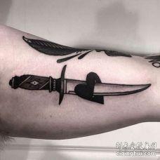 Old School小臂匕首心纹身图案