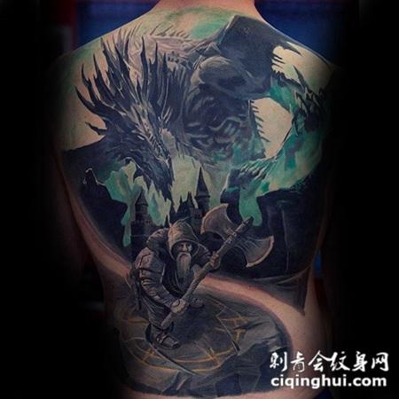 背部幻想风格彩色的战士与龙纹身图案