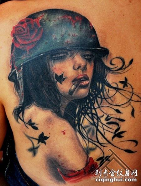背部彩色的吸烟性感女人与玫瑰纹身图案