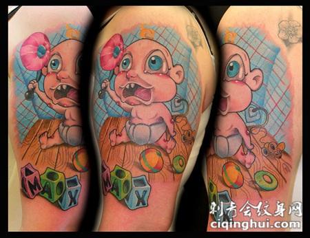 大臂卡通风格的彩色小宝宝与立方体玩具纹身图案