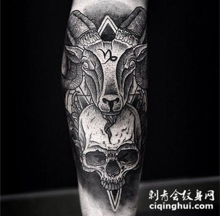 小臂黑色点刺的山羊头颅骨和骷髅纹身图案