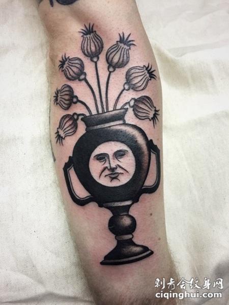 有趣的黑色花瓶和人脸手臂纹身图案