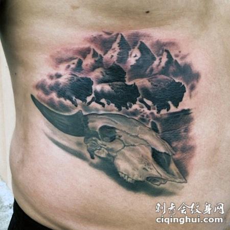 黑灰动物头骨与公牛腰部纹身图案
