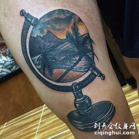 大腿3D彩色的地球仪与海洋岸风景纹身图案
