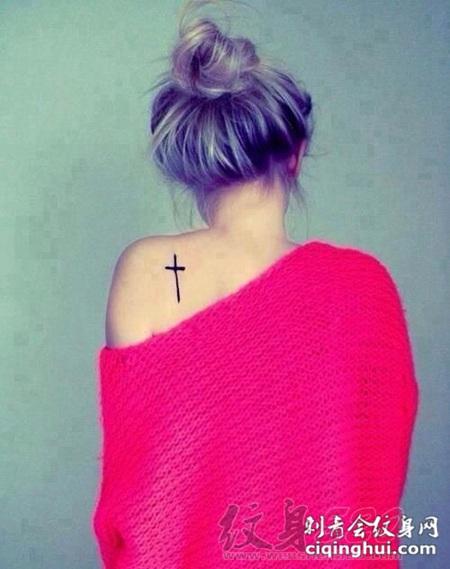 女生背部黑色线条经典简约十字架纹身图案