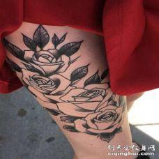 女生大腿上黑色点刺简单线条植物玫瑰花纹身图片