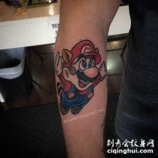 男生手臂上彩绘水彩素描创意可爱超级玛丽纹身图片