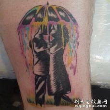 男生手臂上黑灰素描点刺技巧水彩泼墨雨中拥吻人物纹身图片