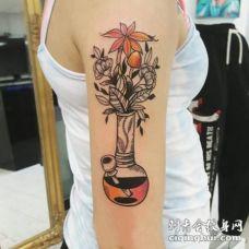 女生手臂上彩绘几何线条花瓶和植物花朵纹身图片