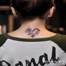 女生后颈时尚心形图腾纹身图案
