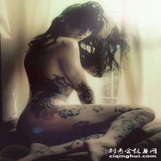欧美女生性感腰部大腿另类花蕊纹身图案