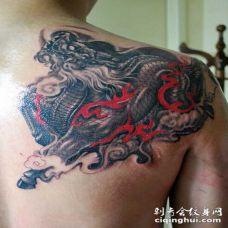 背部霸气的火麒麟纹身图案