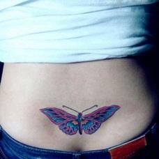 女性后腰蝴蝶纹身图案