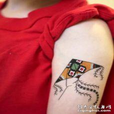 手臂上的小风筝个性纹身图片
