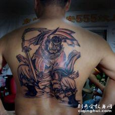 后背英勇的钟馗捉鬼纹身图案