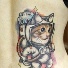 女性后腰太空猫纹身图案