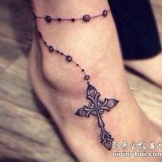 女性脚踝十字架脚链纹身图案