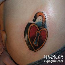 腹部彩色心形锁纹身图案