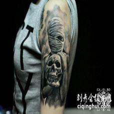 手臂黑灰木乃伊的骷髅头纹身图案