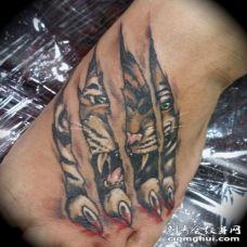 脚部彩色老虎撕皮纹身图案