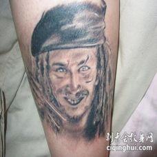 手臂黑灰海盗船长肖像纹身图案