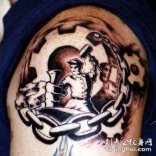 肩部黑棕色工人和连锁纹身图片