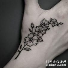 虎口花草纹身 手背上虎口位置的黑灰小花草纹身作品
