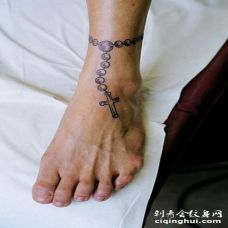 腿部简单的脚链十字架纹身图片
