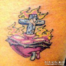 腿部彩色流血神圣的心纹身图案