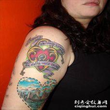 女性肩部爱心与景观纹身图片