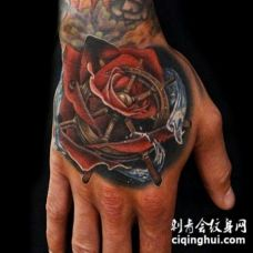 手背彩色玫瑰和海洋方向盘纹身图片