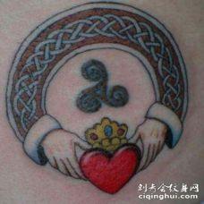 肩部彩色爱尔兰友谊戒指符号纹身