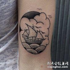 手臂老式的框架帆船与海洋场景纹身