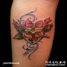 手臂旧学校彩色心形锁纹身图案