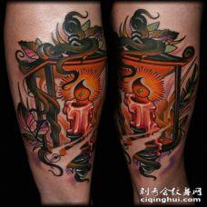 手臂彩色旧蜡烛与打火机纹身图案