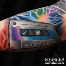 手臂彩色逼真的磁带和闪电纹身图案