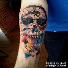 手臂超现实主义风格的彩色骷髅与时钟纹身