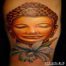 手臂彩色逼真的佛头与花朵纹身图案