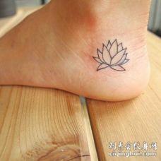 脚部可爱的简单莲花纹身图案