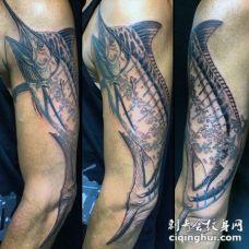 男性手臂海洋钩鱼纹身图案