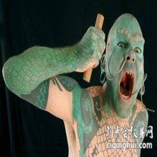 脸部全身绿色的蜥蜴人纹身图案