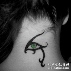 女生后颈部绿色部落风眼睛纹身图案