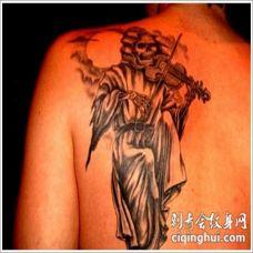 背部死神演奏小提琴纹身图案
