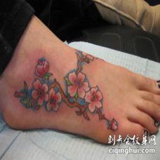 脚背好看的桃花枝纹身图案