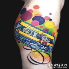 彩色复古音乐磁带与字母纹身图案