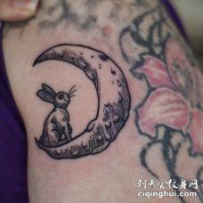 可爱的小兔子在月亮上线条纹身图案