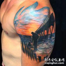 大臂彩绘海洋岸边与小狗和男子纹身图案